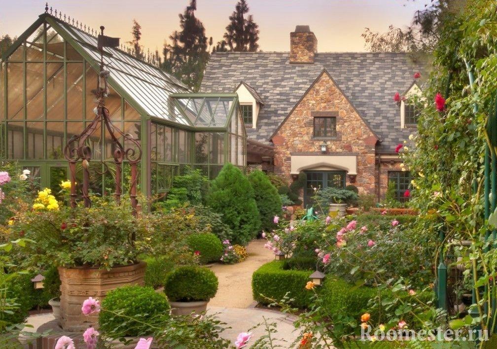 Старинный дом и много цветов