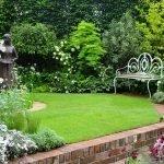 Скамейка и статуя в саду