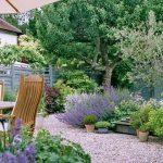 Столик и стулья в саду
