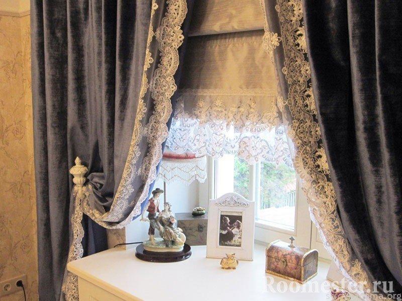 Статуэтка, фото и шкатулка на окне