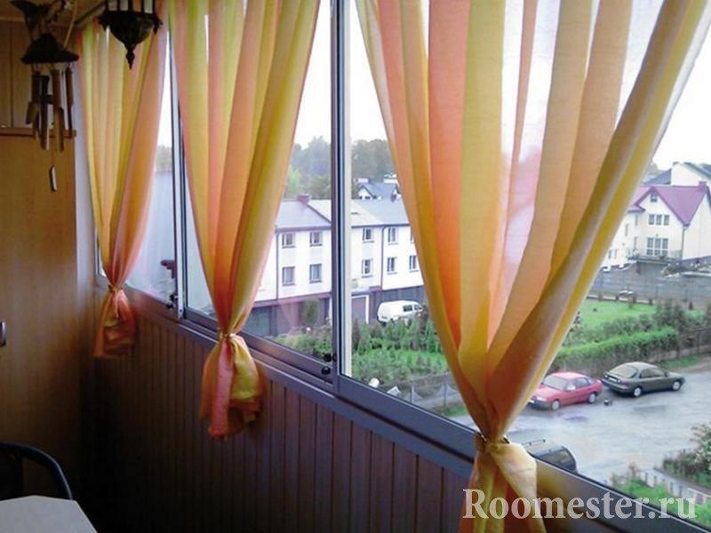 Яркие занавески на окне