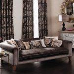 Одинаковые шторы и подушки
