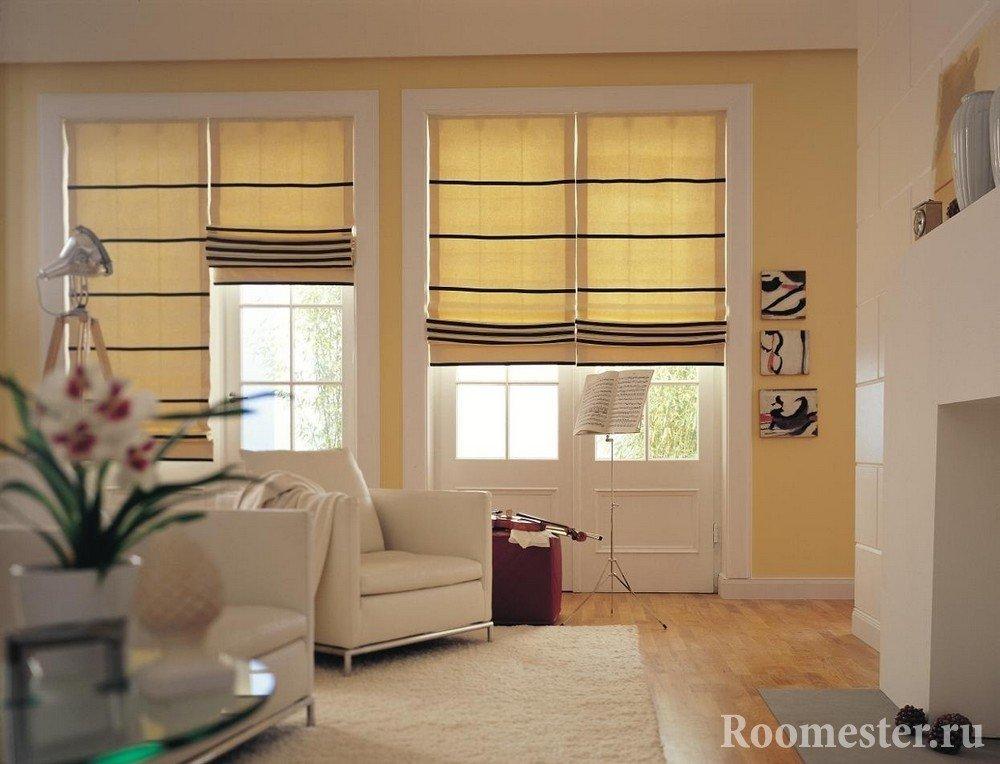 Желтые шторы с черными полосами на окнах