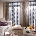 подушки на диване и на полу в комнате