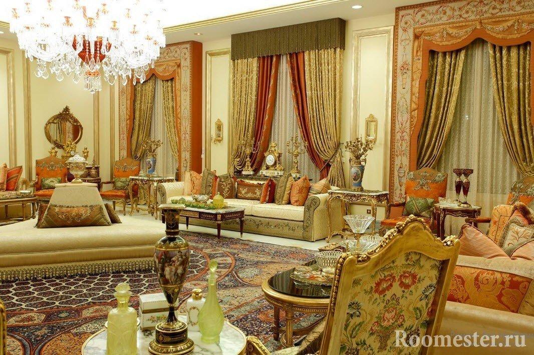 Комната с восточной мебелью и шторами
