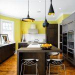 Кухня с островом в желто-коричневых цветах