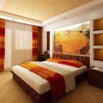 Яркие шторы и плед на кровати
