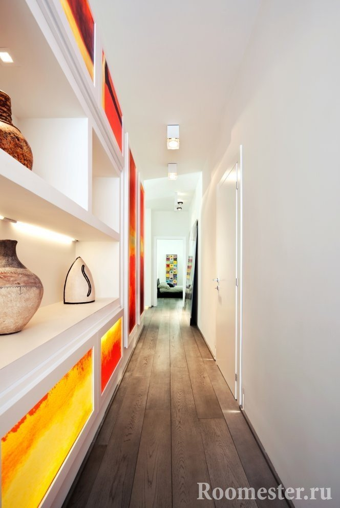 Украшение длинного коридора стеллажами