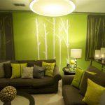Узоры в виде деревьев на стене в гостиной