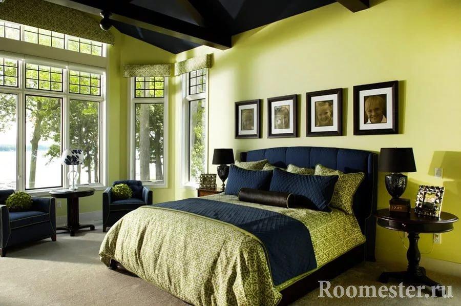 Фото в рамках в спальне над кроватью