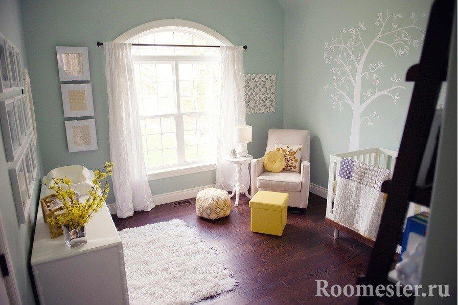 Узор в виде дерева на стене детской