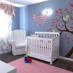 Узоры в виде дерева и белок на стене детской