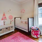 Розово-белый интерьер детской