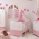 Розово-белая мебель в детской