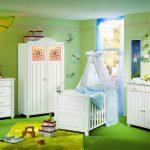 Зеленый интерьер и белая мебель в детской