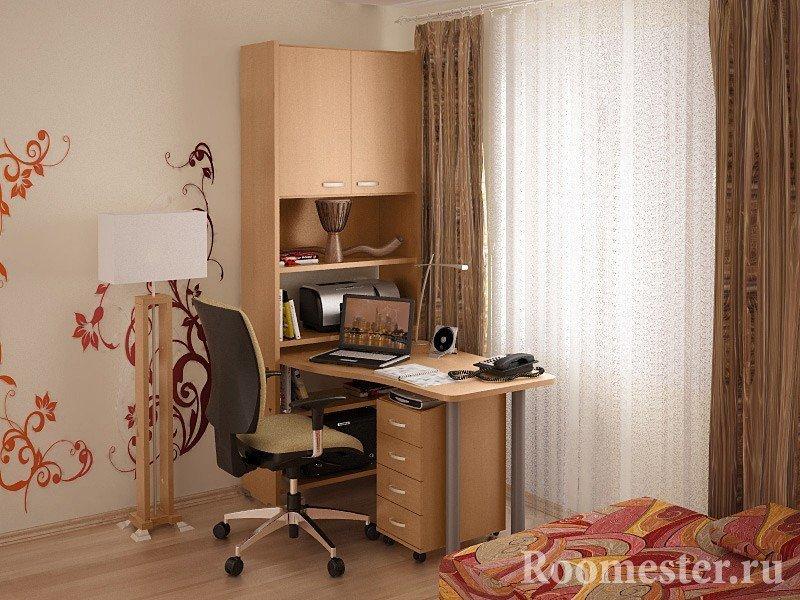 Шкаф и стол для компьютера у окна