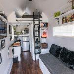 Кровать с лестницей над кухней