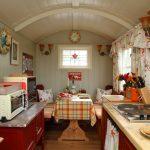 Маленькая кухня со столом, скамейками и плитой
