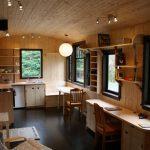 Комната с зонами кухни, рабочего места и отдыха