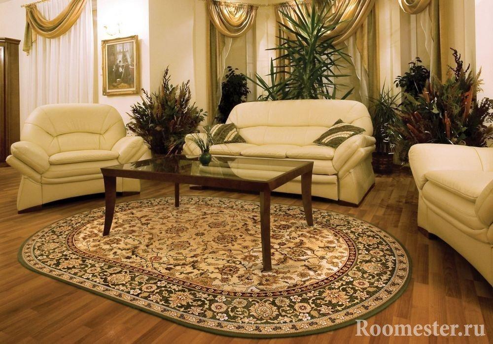 Коричневый столик и белые кресла и диван