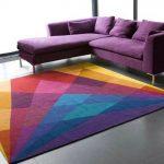 Разноцветный ковер рядом с диваном