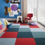 Ковер с разноцветными квадратами в детской