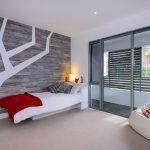 Узор в виде дерева на стене у кровати