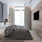 Телевизор на стене напротив кровати
