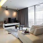 Столик и телевизор напротив дивана
