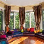 Разноцветные диваны в круглой комнате