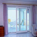 Фиолетовые шторы на стеклянной двери