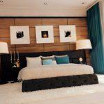 Картины и торшеры у кровати