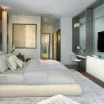 Спальня с зеркалом и телевизором
