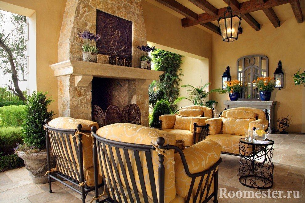 Мягкая мебель и столик у камина
