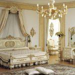 Зеркало с тумбочками напротив кровати