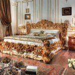 Кровать с резными узорами в спальне