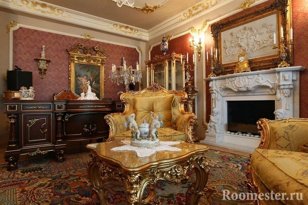 Зал с мебелью и декором золотистого цвета