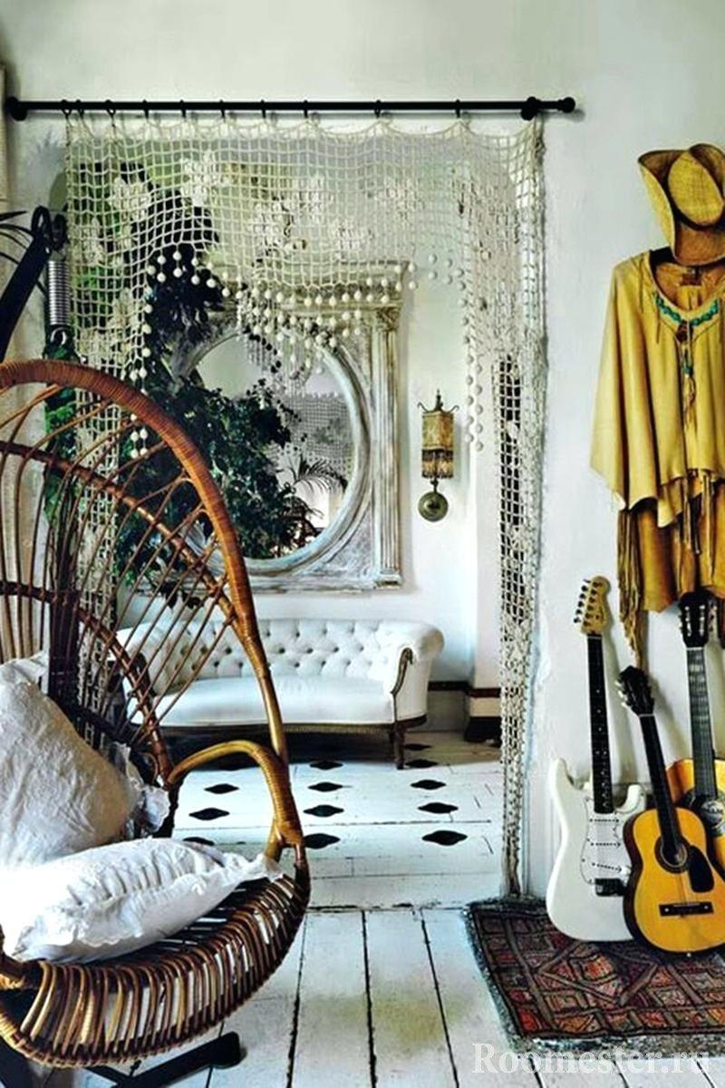 Кресло-качалка с белыми подушками в комнате
