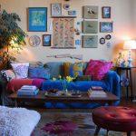Элементы декора над диваном в комнате