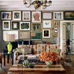 Коллекция картин на стене у дивана
