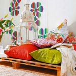 Разноцветные подушки на поддонах в комнате
