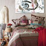 Картина с лошадью над кроватью