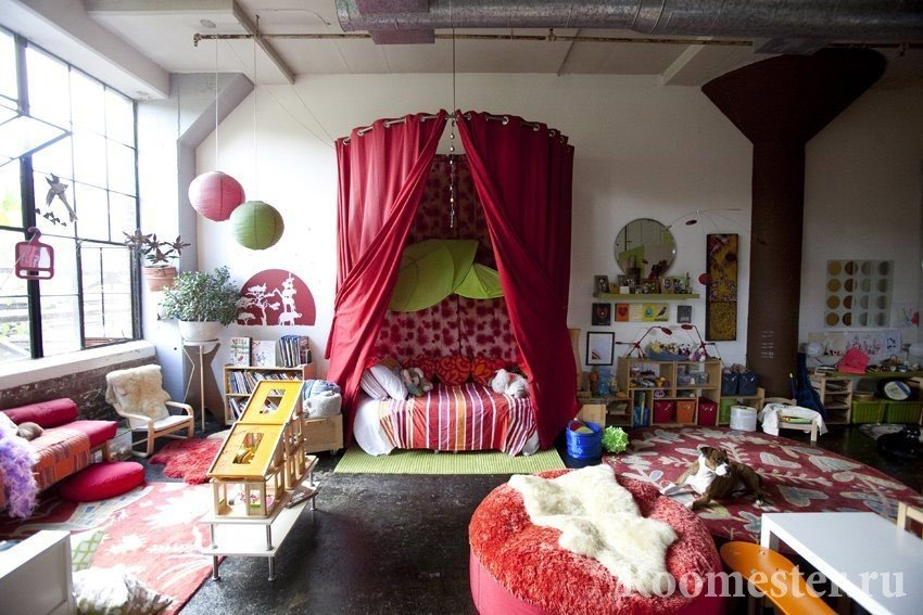 Занавески над диваном в комнате