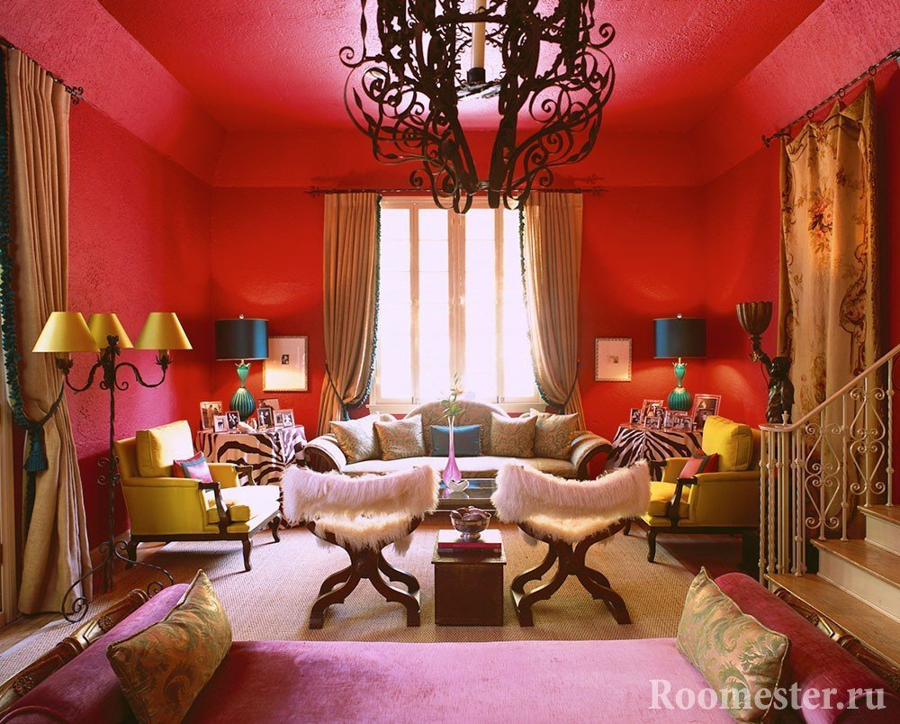 Лампы с разноцветными абажурами на фоне красных стен