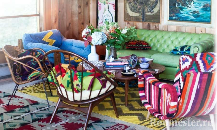 Яркая мебель вокруг столика