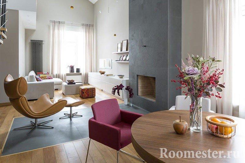 Кресло с подножкой в комнате