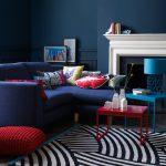 Сине-красная мебель в синем интерьере