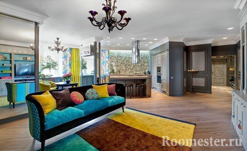 Разноцветные диван и ковер в комнате