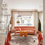 Оранжевый диван в белой комнате