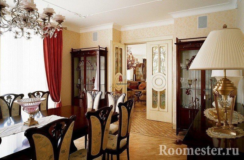 Комната со столом, стульями и настольной лампой